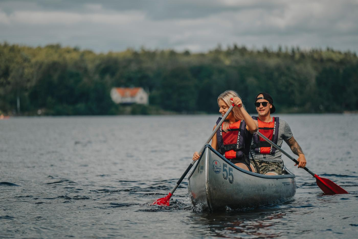Young couple paddling at Lake Immeln