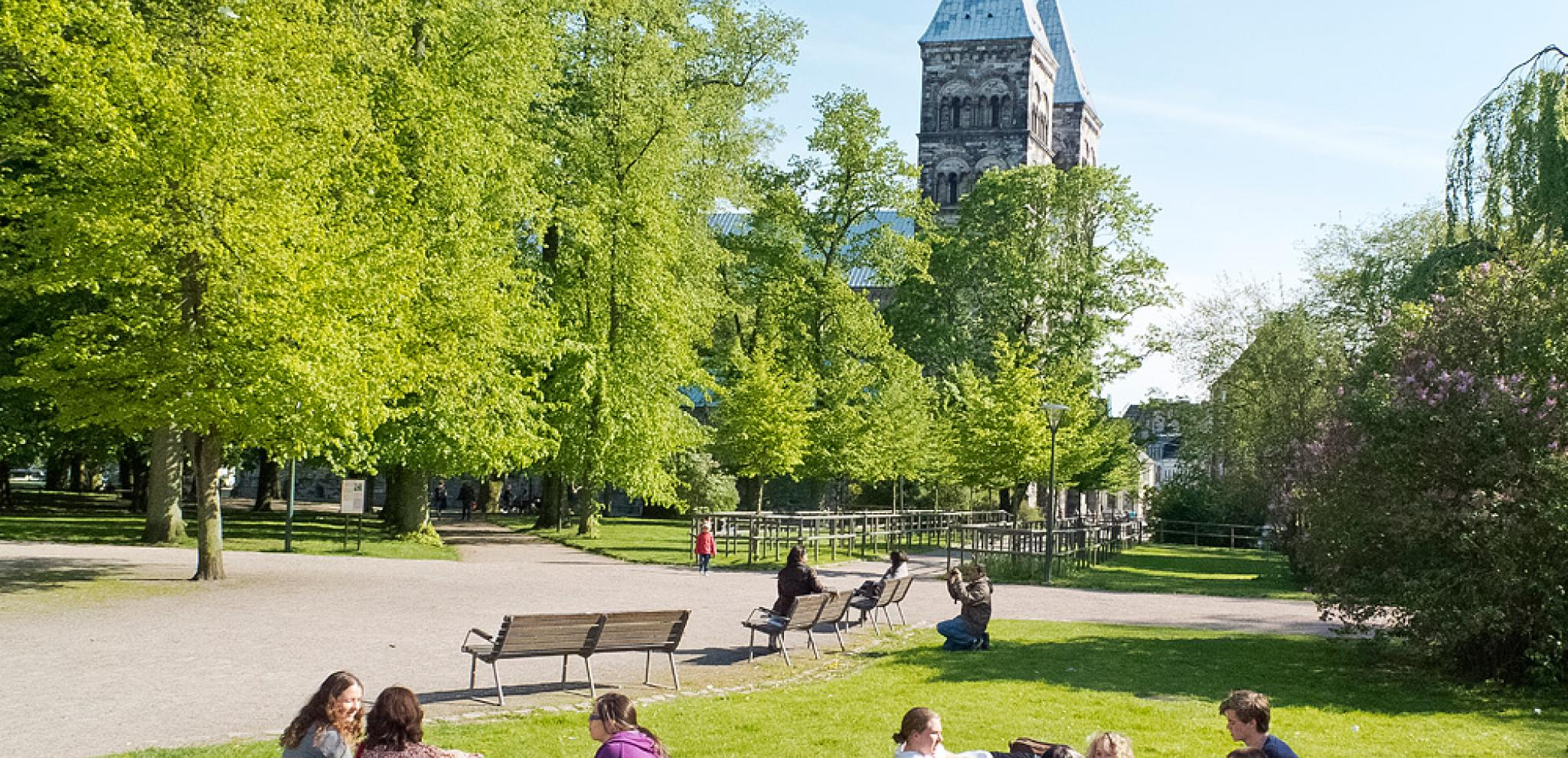 People having a picnic by Domkyrkan in Lund © Leif Johansson, Xrayfoto