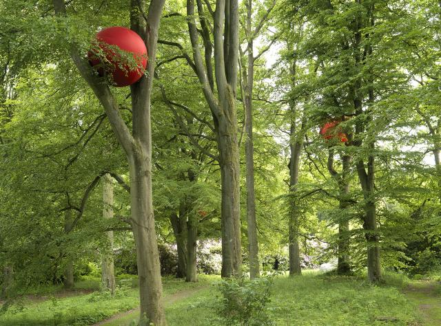 Red balls in trees © Wanås
