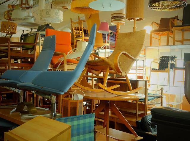 Armchairs, rocking chairs and lamps